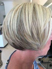 Kort blond haar met highlights